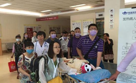 柯蕾从明基医院出院,在家人的看护下前往上海搭飞机去洛杉矶